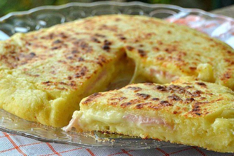 Snadná křehká plněná bramborová pizza z pánve