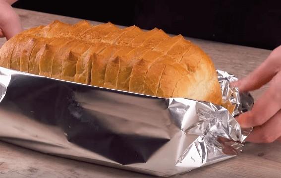Zapečený toustový chléb v alobalu se šunkou a sýrem bleskový recept