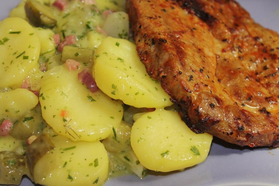 Lehký letní bramborový salát s nakládanými okurkami