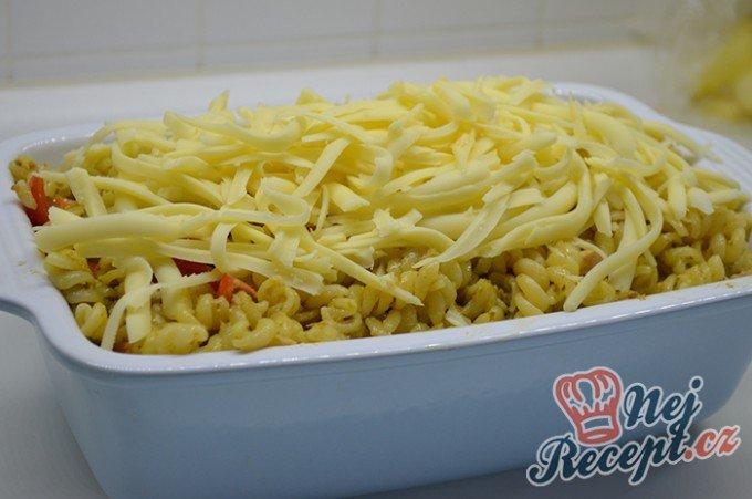 Zapečené těstoviny s tuňákem, pestem a rajčaty