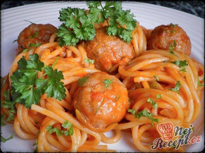 Špagety v zeleninové omáčce s masovými kuličkami