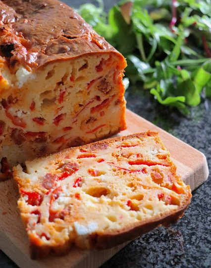Chorizo koláč s grilovanou paprikou a čerstvým kozím