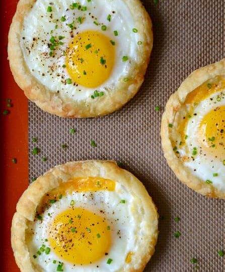 Pečená vejce ze sýrového listového těsta