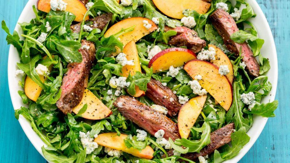 Balzamikový grilovaný steakový salát s broskvemi