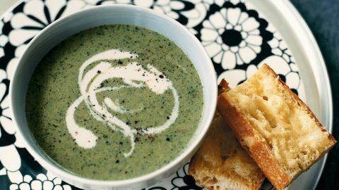 Polévka z brokolice a gruyere s topinkami s česnekovým sýrem
