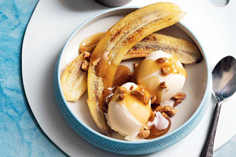 Máslová omáčka se spálenými banány a zmrzlinou