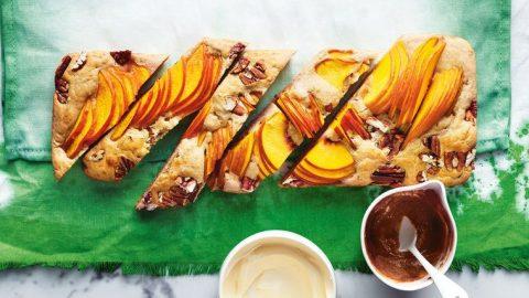 Plátek pohankové palačinky s broskvemi a pekanovými ořechy