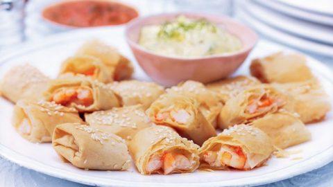 Krevetové borečky s fenyklovou majonézou a dipem z červené papriky, chilli a máty