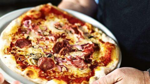 Pizza se salámem a houbami