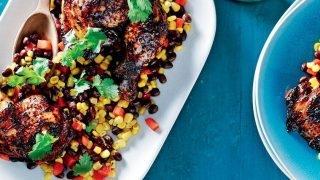 Pikantní sójové kuře s kukuřicí a salsou z černých fazolí