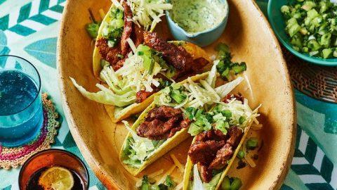 Lepkavé hovězí tacos s krémovým avokádovým dresinkem