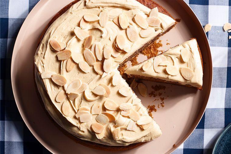 Veganský lepkavý datlový dort se slanou karamelovou polevou