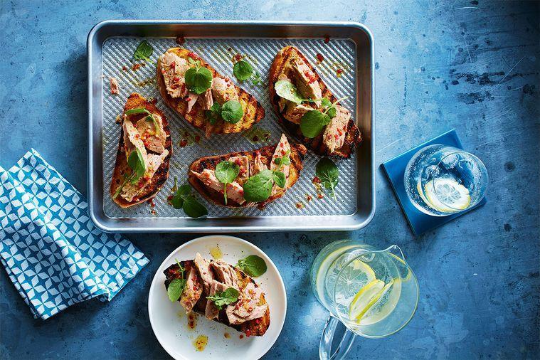 Bruschetta z tuňáka a chilli s řeřichovým pestem